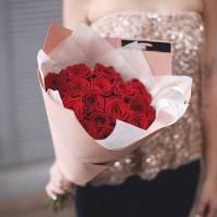 Букет 19 крупных красных роз в крафте R414