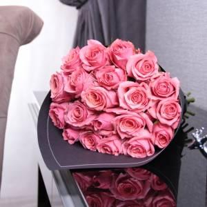 Букет 15 розовых роз в черном крафте R404
