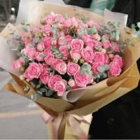 Букет 39 веток кустовой розы в крафте R420