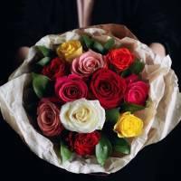 Букет 15 разноцветных роз с упаковкой R538